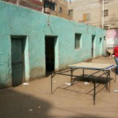 """بالصور والفيديو .. على شاكلة """"التجربة الدنماركية"""" : مسؤول مصري يزور مركز رياضي ويقفز عن السور"""