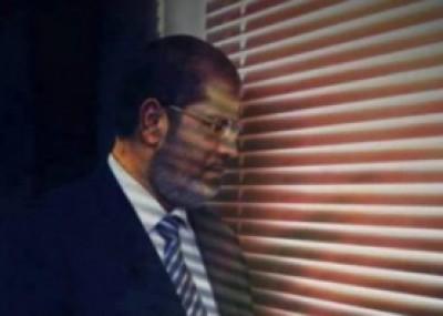 يتناول الطعام بشراهة ويكتب باستمرار .. يوميات مرسى في سجنه