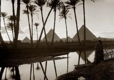 صور نادرة للأهرام في مصر وبجوارها أحد فروع نهر النيل قبل تجفيفه