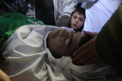 الفتى عدنان ابو خاطر يقضى اول ايام اجازته المدرسية في قبره