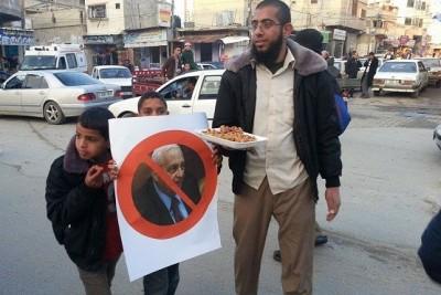 """بالصور: فقط في غزة .. توزيع حلوى لـ """"موت شارون"""""""