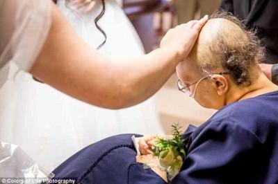 توفيت بعد 12 ساعة ..صور زفاف مؤثرة لـ3 شقيقات تزوجن بنفس اليوم لتتمكن والدتهم من الحضور