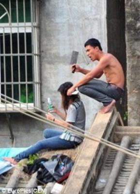شاهد بالصور : رجل عاري خطف حبيبته وأجبرها على التعري ليفضحها بعد رفض تزويجهما