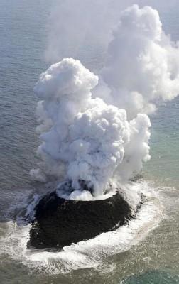 صور نادرة للحظة صعود جزيرة إلى سطح الماء