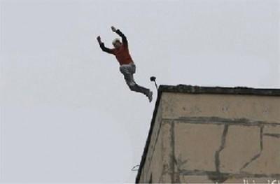 بالفيديو: بعد محاولة منع محاولة انتحار فاشلة..  سقوط المنتحرة من الطابق الثالث