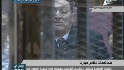 مبارك في قفص الاتهام بملابس رسمية