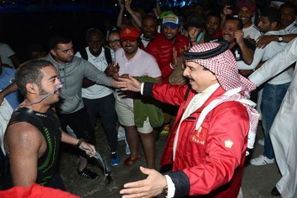 عاهل البحرين يسبح السعودية البحرين