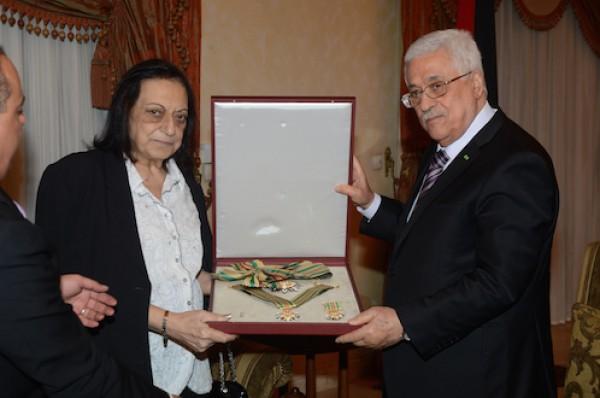 الرئيس ابو مازن يمنح الدكتور فتحي عرفات وسام نجمة الشرف من الدرجة العليا