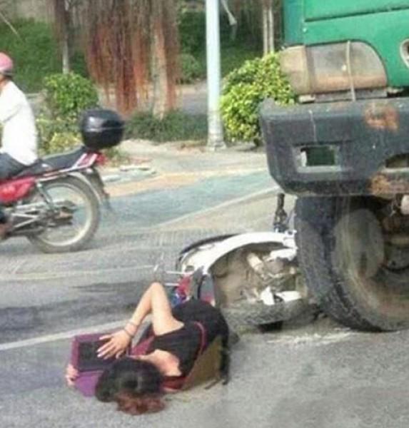 لتتناسى الألم ..تلميذة صينية تراجع درسها أثناء انتظارها الإسعاف بعدما صدمتها سيارة