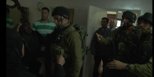 """شاهد بالفيديو: مواطنين يطرودون جنود اسرائيليين اختبئوا داحل """"حمّام"""""""