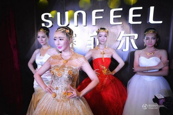 09fd5e7f8372c بالصور.. تزيُن العروس بـ3 كيلو ذهب آخر تقاليع الزواج الصينية
