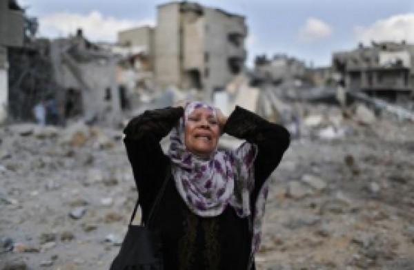 """غزة : """"ام محمد"""" .. طلّقها زوجها منذ 22 عاماً دون أن يخبرها فكشفت صواريخ الاحتلال """"السر"""" !"""