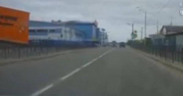 شاهد عاقبة من يتخطى إشارة المرور الحمراء