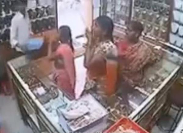 3 نساء يسرقن بطريقة ذكية محل للمجوهرات