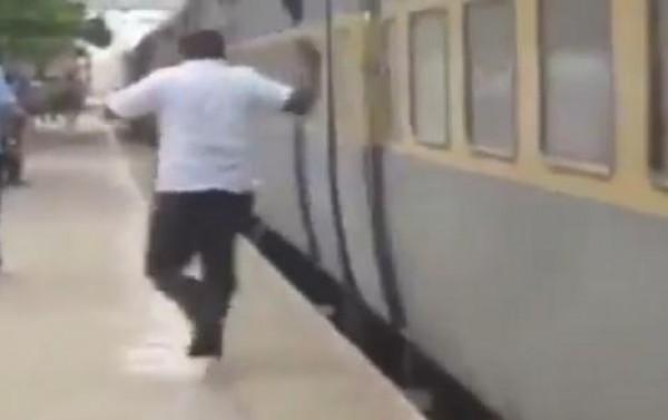 شاهد كيف ينزل ركاب القطار في الهند