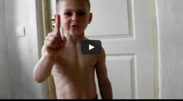 بالفيديو… طفل في التاسعة يبهر العالم بقوته البدنية