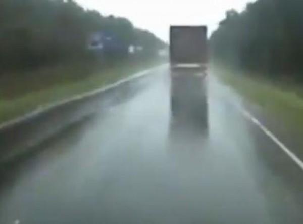 شاهد شاحنة كادت أن تنقلب بسبب الامطار