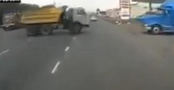نجاة رجل بأعجوبة من إصطدام 3 سيارات في روسيا