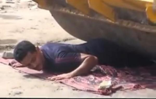 فيديو : صدق او لاتصدق رجل يمني ذو قوه خارقة