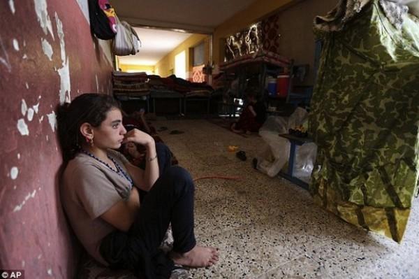 """صحيفة تنشر القصة الكاملة لطفلة باعها """"داعش"""" في سوق العبيد..تزوجت فلسطيني قبل أن تقتله وتهرب"""