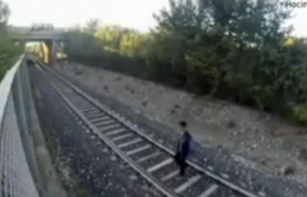 فيديو مرعب ..قطار سريع يمر فوق مراهق