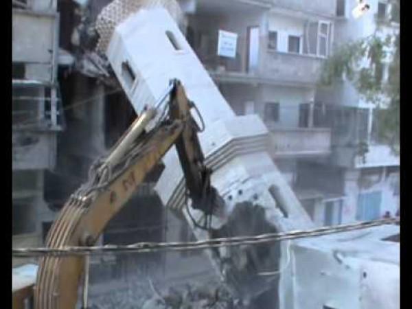 لحظة وقوع مأذنة جامع السوسي اثناء رفع الردم من اثر القصف الاسرائيلي بالحرب الاخيرة