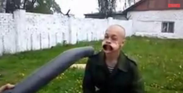 جنود روس يلهون بطريقتهم الخاصة