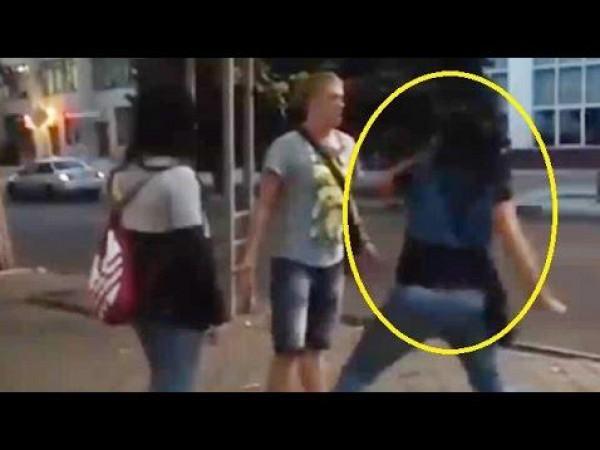 """بالفيديو.. ضرب مبرح يتلقاه """"متحرش"""" من سيدتان في الشارع"""