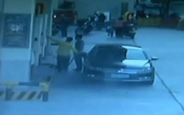 بالفيديو من الصين.. لحظات سرقة سيارة وتتبع السارق والقاء القبض عليه