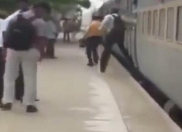 شاهد كيف ينزل ركاب القطارات في الهند
