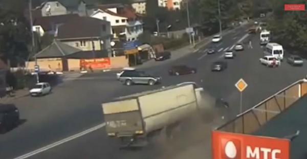 بعد فقدانها الفرامل ..شاحنة تصدم عدة سيارات على الطريق العام