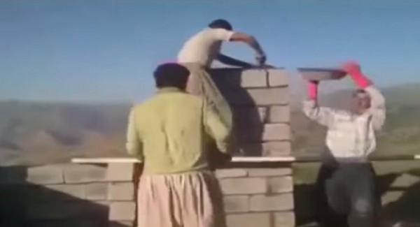عمال بناء يشتغلون على رقصات الموسيقى