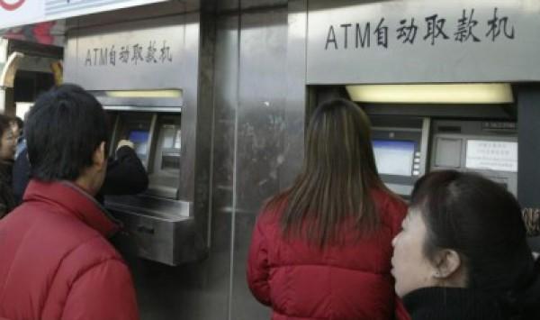 صينية تفكك صرافا آليا بعد أن ابتلع بطاقتها