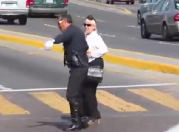 شرطي أمريكي يستخدم الرقص في تنظيم حركة السير