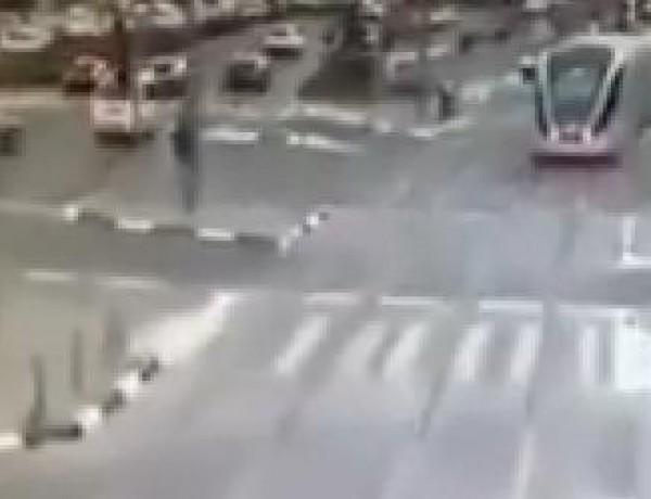 أدت لمقتل مستوطنة واصابة 8 .. بالفيديو: لحظة دهس مستوطنين اسرائيليين من قبل الفلسطيني الشلودي