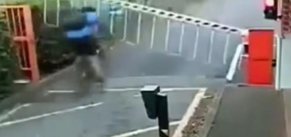 شاهد لحظة اصطدام راكب دراجة هوائية بحاجز