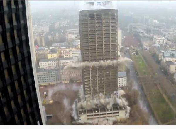 """116 متر.. مهارة عالية في تفجير أعلى مبنى جامعي في أوروبا بجامعة """"غوته"""" بألمانيا"""