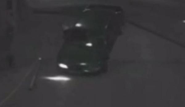 شاهد سائق سيارة يصارع بوابة حتى قلب سيارته