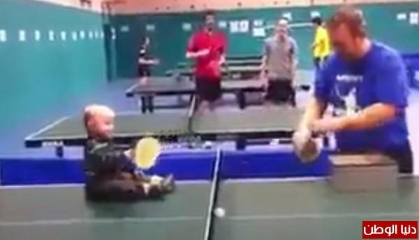 طفل رضيع يجيد رياضة تنس الطاولة