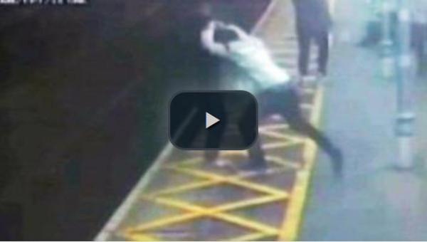 فيديو لحظة قيام شاب شقي بدفع رجل أعمى إلى خط القطار