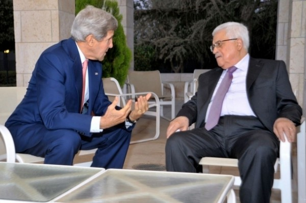 الرئيس عباس وكيري يبحثان التصعيد الاسرائيلي بالأقصى