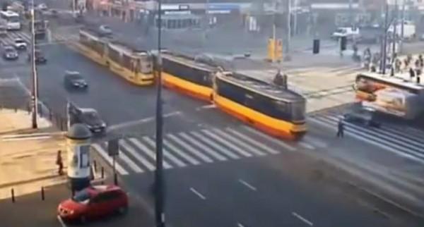 لحظة إصطدام قطار الترماي وسط الشارع