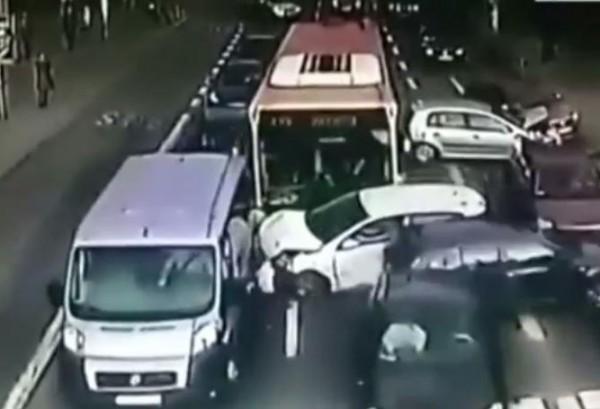 سائق حافلة متهور يصطدم بـ 10 سيارات
