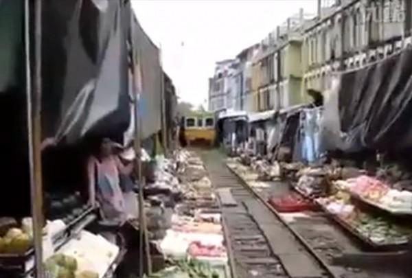 فقط في ماليزيا قطار وسط السوق الشعبي