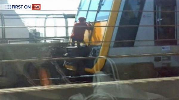 مراهقون يصعدون على قطار الموت .. فيديو