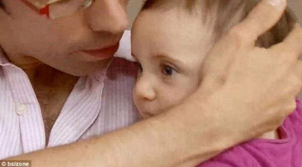 بريطانيان أصمّان يسجلان اسم ابنتهما بلغة الإشارة في شهادة ميلادها