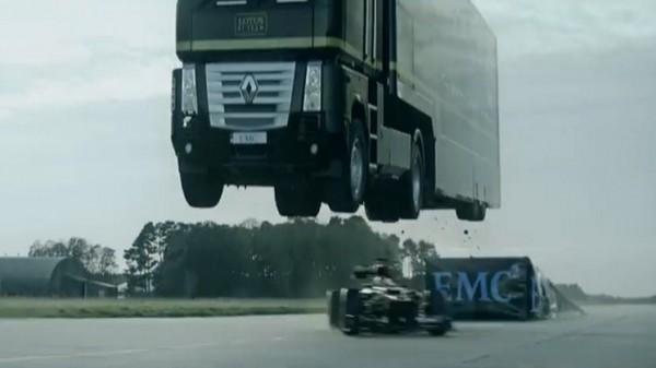 لا يصدّق: بالفيديو.. لقاء فريد بين شاحنة عملاقة وسيارة رياضية