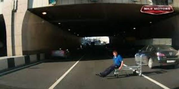 روسي يلعب بواسطة عربة وسط الطريق