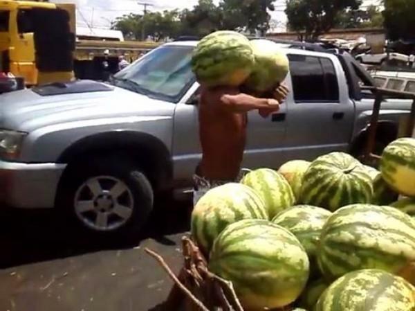 فقط في افريقيا... رجل سيذهلك بطريقة التقاطه البطيخ