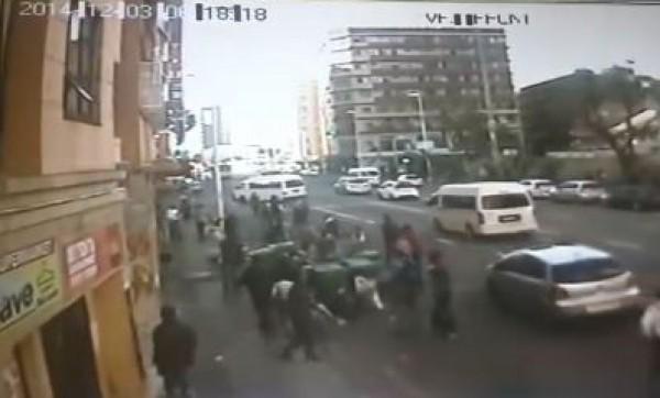 شاهد بالفيديو : رجل يلقي زوجته وطفليه من الطابق الثاني لإنقاذهم